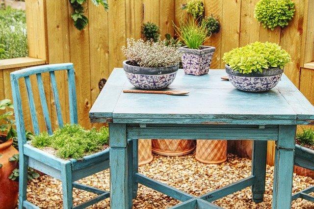 květináče na stole