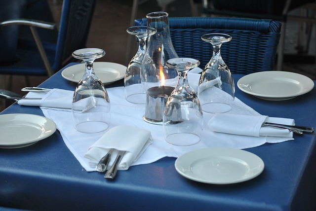Prostřený stůl v restauraci